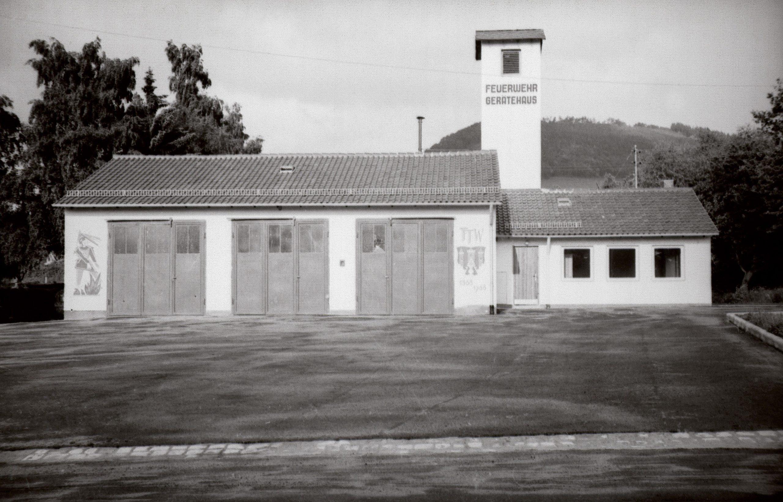 """Aus unserer Feuerwehr-Chronik: Das """"alte"""" Feuerwehr-Gerätehaus von Bischofsheim."""